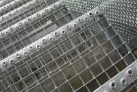 Ступень из прессованных решеток ячейка 30*30 мм