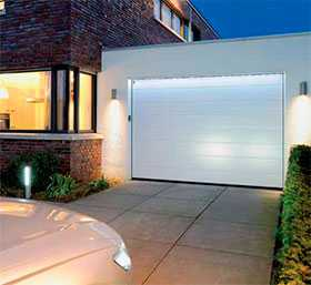 Ворота гаражные секционные стальные двустенные LPU 42 с калиткой M-гофр Woodgrain - Hörmann