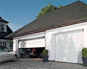 Ворота гаражные секционные стальные двустенные LPU 42 с калиткой S-кассета Woodgrain - Hörmann