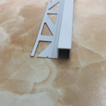 Кромочный квадратный профиль 1010 серебро 2.7 метра