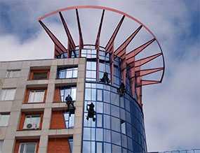 Мойка фасадов зданий (промышленный альпинизм)