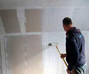 Грунтование стен и потолков