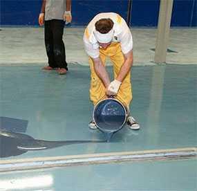 Нанесение защитного покрытия на поверхность наливного пола