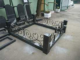 Изготовление гранитной ограды с коваными вставками