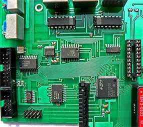Комбинированный монтаж, с использованием как компонентов, монтируемых в отверстия печатной платы (ПП), и SMD компонентов