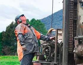 Строительная прокачка и опытно-эксплуатационная откачка артезианских скважин насосно-компрессорным оборудованием и отбор проб воды